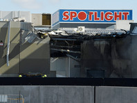 Самолет пробил крышу здания торгового центра DFO и взорвался. В здании возник пожар. По данным Sky News Australia, самолет потерпел крушение из-за сбоя в работе двигателя