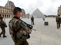 """В Париже рядом с Лувром патруль пять раз выстрелил в мужчину, бросившегося на солдата с ножом и кричавшего """"Аллах акбар"""""""