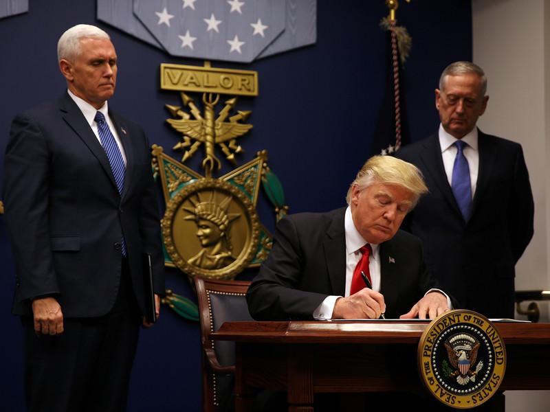 Суд в США запретил исполнять иммиграционный указ Трампа. Белый дом опротестует