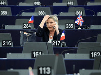 """В Европейском бюро по борьбе с мошенничеством (OLAF) настаивают, что Ле Пен фиктивно наняла на работу двух помощников Гризе и Лежье, которые не появлялись в Европарламенте, но получали деньги. В результате от лидера """"Нацфронта"""" потребовали вернуть в казну около 340 тыс. евро"""