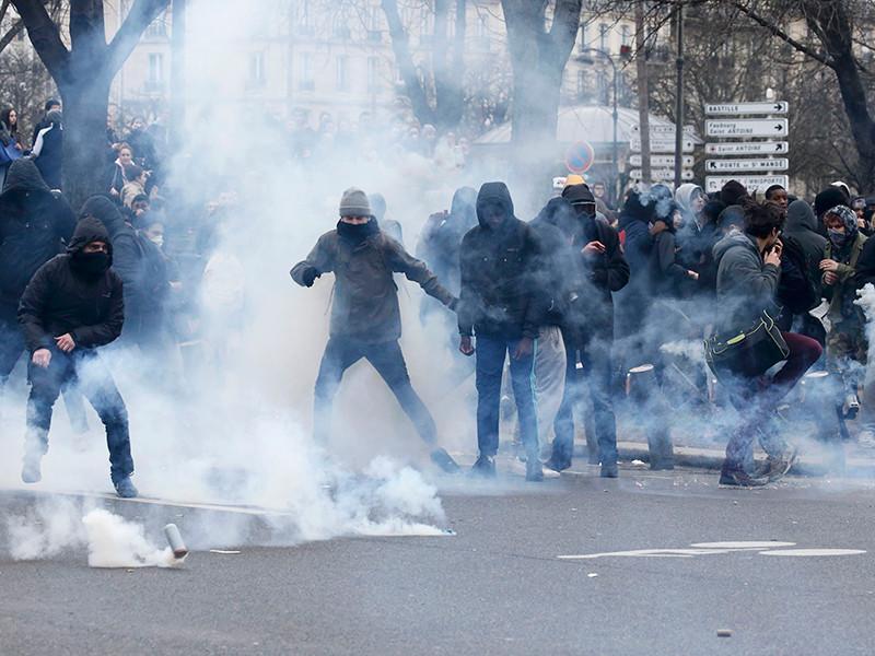В Париже протестующие против полицейского произвола заблокировали более десятка лицеев