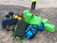 В Великобритании местный житель, прогуливаясь по пляжу Норфолка, обнаружил несколько сумок с кокаином