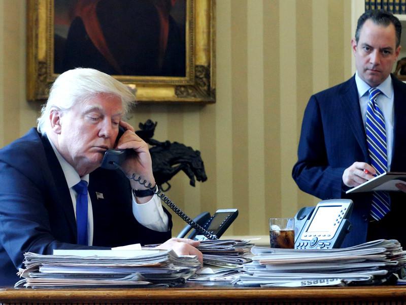 Президент США Дональд Трамп во время телефонного разговора