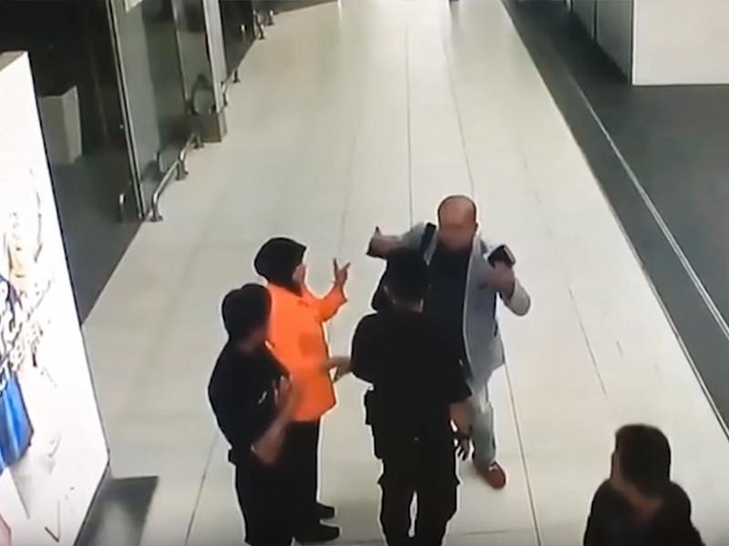 Опубликовано видео, снятое в международном аэропорту столицы Малайзии Куала-Лумпура, на которых предположительно зафиксирован момент нападения на брата Ким Чен Ына - Ким Чон Нама, сообщает газета The Star. По данным The Daily Mail, кадры были продемонстрированы в эфире китайского новостного телеканала CCTV