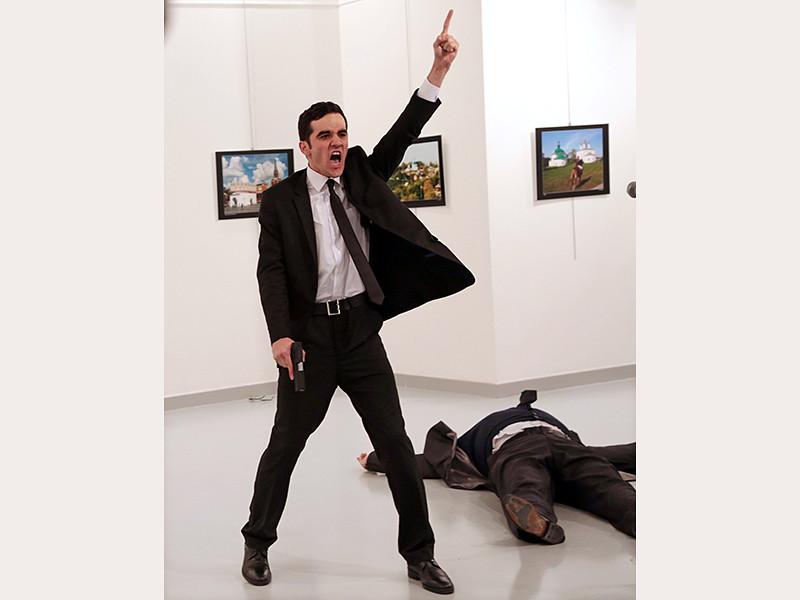 """Снимок, сделанный турецким фотографом Бурханом Озбилиджи во время убийства российского посла в Турции Андрея Карлова, получил главный приз World Press Photo (""""Уорлд пресс фото"""")"""