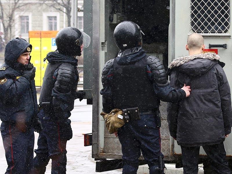 """Возле Академии наук, где готовилась несанкционированная акция ко """"Дню воли"""", присутствует много сотрудников милиции, стоят кордоны"""