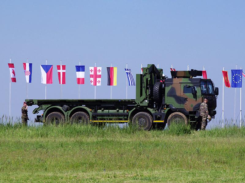 """Поиск и планируемое использование в учениях НАТО статистов, которые будут исполнять роль """"русских"""", не связано с подготовкой альянса к каким-либо действиям, например, против РФ, а вызвано происходящими в мире изменениями, из-за которых военный блок вынужден изменить и фокус своей подготовки"""