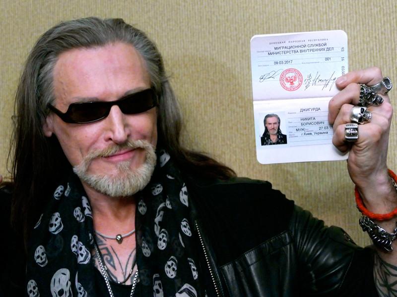 Актер Никита Джигурда во время получения паспорта гражданина самопровозглашенной Донецкой народной республики, 9 марта 2017 года