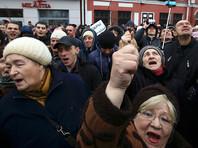 Участники протестов критикуют экономическую политику властей - низкие зарплаты, отсутствие рабочих мест, введение новых налогов и сборов при обнищании населения