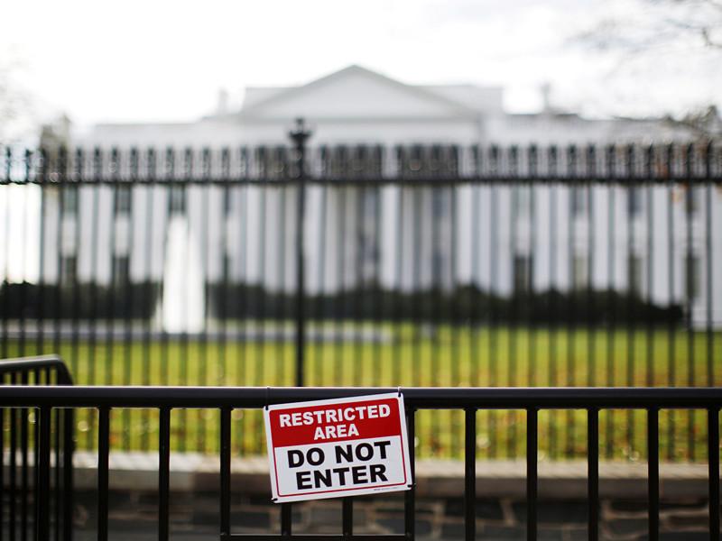У Белого дома в Вашингтоне охрана задержала мужчину, который подъехал к ограде и заявил о бомбе в своем автомобиле