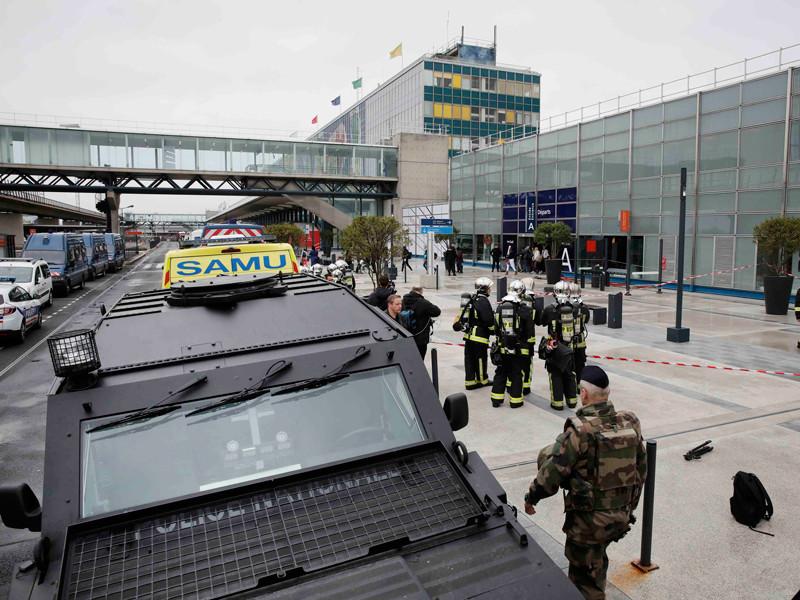 Отец и брат мужчины, напавшего на патрульных в аэропорту Парижа Орли, были задержаны