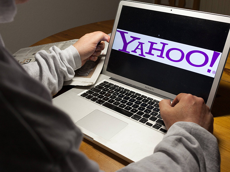 Министерство юстиции США готов предъявить обвинение в кибератаке на интернет-компанию Yahoo, у которой хакеры украли данные более 500 миллионов пользователей, бывшему сотруднику Центра информационной безопасности ФСБ РФ Дмитрию Докучаеву и его начальнику Игорю Щусину