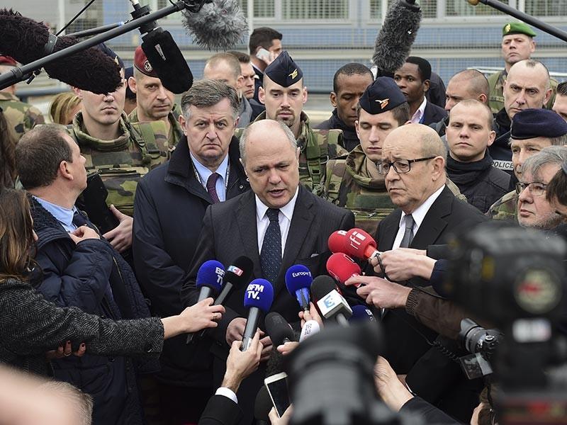 Министр внутренних дел Франции Бруно Ле Ру, оказавшийся в центре скандала в связи с сообщениями о том, что он нанимал на работу своих дочерей в качестве помощниц, подал в отставку. По словам чиновника, он почувствовал необходимость в таком шаге