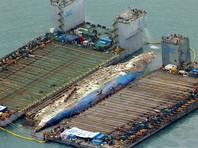 """Южнокорейский паром """"Севол"""", затонувший три года назад, частично извлекли из воды"""