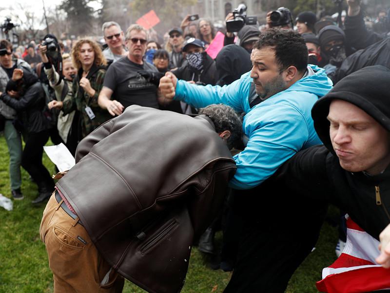 В десятках американских штатов в субботу, 4 марта, прошли демонстрации противников и сторонников нового президента Дональда Трампа. При этом в Беркли, где находится знаменитый Калифорнийский университет, не обошлось без насилия