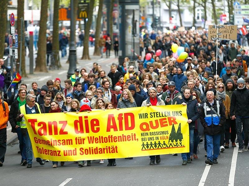 """В немецком Кельне в субботу начался двухдневный съезд правой популистской партии """"Альтернативная для Германии"""" - противников иммиграции, которые резко набрали популярность на фоне европейского кризиса с беженцами. Перед началом мероприятия произошли столкновения противников партии с полицией"""