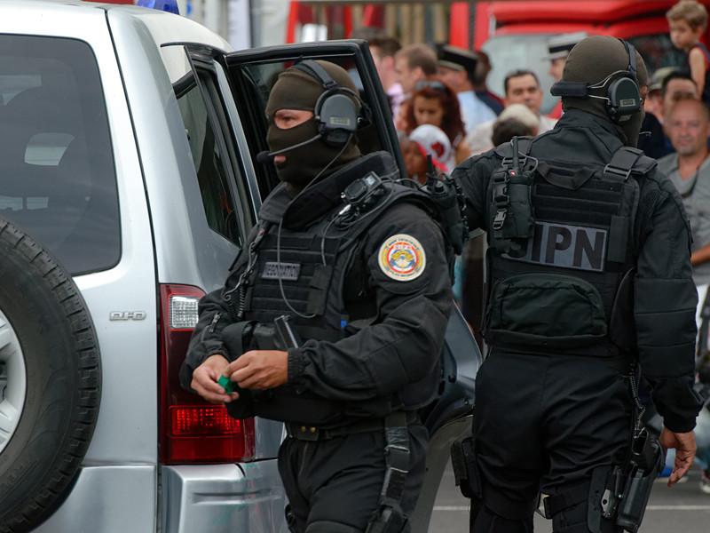 Полиция французского острова Реюньон провела контртеррористическую операцию по задержанию предполагаемого исламиста, в ходе которой пострадали двое полицейских