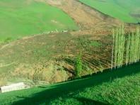 По данным ведомства, мощный оползень объемом 1 миллион кубометров обрушился на село Аю в Ошской области Киргизии в субботу около 7 утра. Землей завалило 11 домов. Четыре из них пустовали: власти много лет предупреждали селян об угрозе схода оползня, и некоторые люди отселились