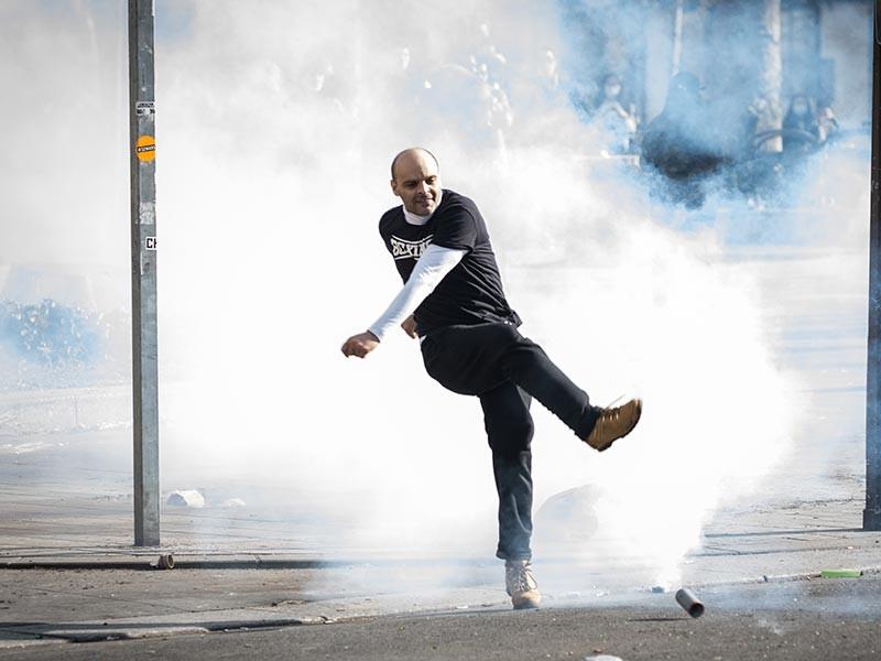 """Перед выступлением лидера французской партии """"Национальный фронт"""" Марин Ле Пен на Корсике подрались ее сторонники и противники, полиция применила слезоточивый газ"""