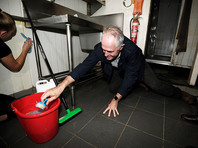 Политик анонсировал программы поддержки для населения, похвалил волонтеров, которые организовали уборку там, где вода уже спала, и подбодрил их личным примером, отмыв полы в маленьком кафе