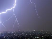 В Китае телеведущего ударило молнией во время прямого эфира (ВИДЕО)