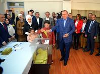 Новая конституция почти полностью устраняет систему баланса полномочий властей, наделяя Эрдогана колоссальными возможностями и устраняя должность премьер-министра