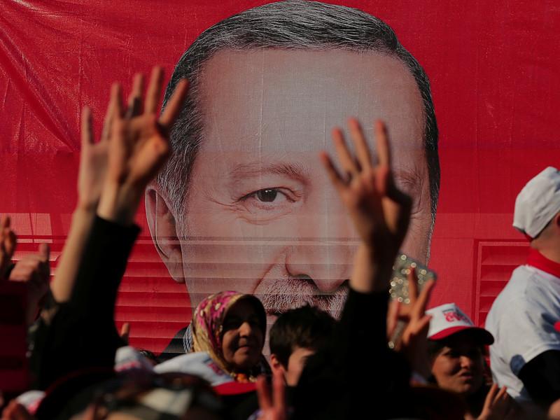 В Турции в воскресенье проходит исторический референдум об изменении конституции: при усиленных мерах безопасности турки решают, передать ли больше власти президенту Реджепу Тайипу Эрдогану, который сможет оставаться у власти до 2029 года