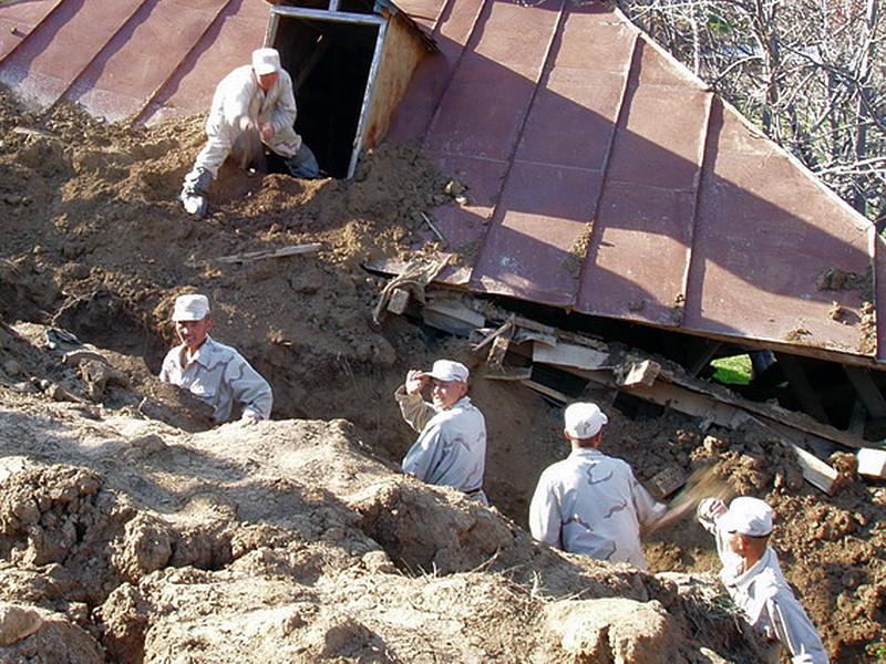 В Киргизии оползень сошел на жилые дома: под массой земли могут быть погребены более двух десятков жителей села Аю