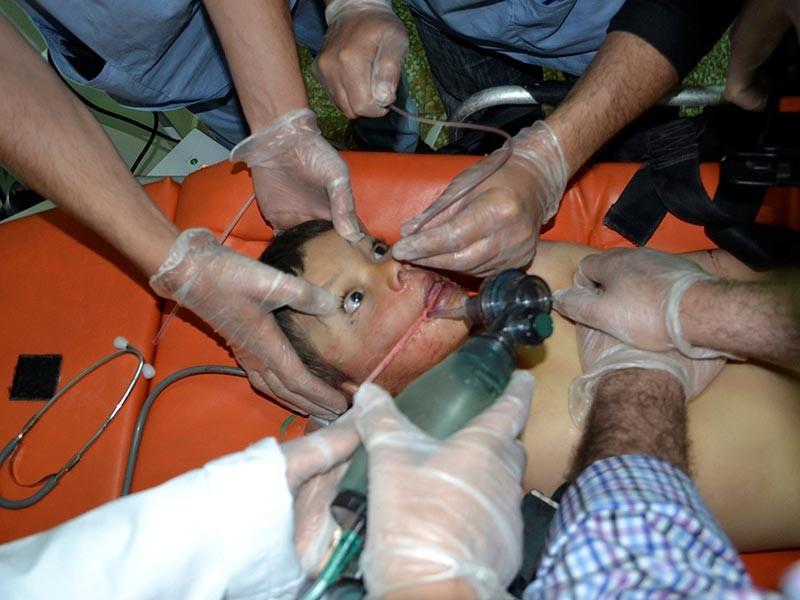 В результате химической атаки, произошедшей утром во вторник, 4 апреля, в сирийской провинции Идлиб в районе Хан Шайхун погибли десятки человек, десятки получили ранения. Об этом сообщают представители базирующегося в Лондоне Сирийского совета по надзору за правами человека
