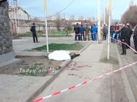 Тело нашли в субботу со следами колото-резаных ранений в области шеи у одного из городских магазинов неподалеку от российской базы