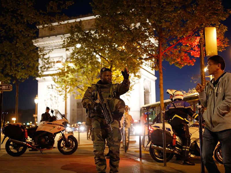 На Елисейских Полях в Париже произошла стрельба. Один полицейский погиб и еще один ранен. На данный момент район вокруг инцидента был оцеплен, движение транспорта было приостановлено
