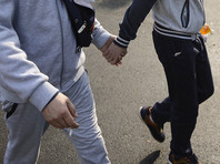 Сотни мужчин прошли по Амстердаму, взявшись за руки, в знак солидарности с двумя избитыми геями