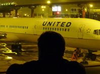 Пассажира United Airlines силой выволокли из самолета из-за отказа уступить место сотруднику авиакомпании