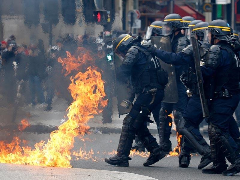 В Париже в результате столкновений радикалов с сотрудниками правопорядка во время первомайской демонстрации пострадали трое полицейских. Активисты кидали в стражей порядка коктейли молотова, кирпичи и другие подручные предметы