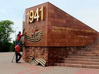Обелиск Славы установлен в парке им. Абая. После реконструкции он был украшен макетами Ордена Отечественной Войны и Ордена Победы с гвардейскими лентами под ними