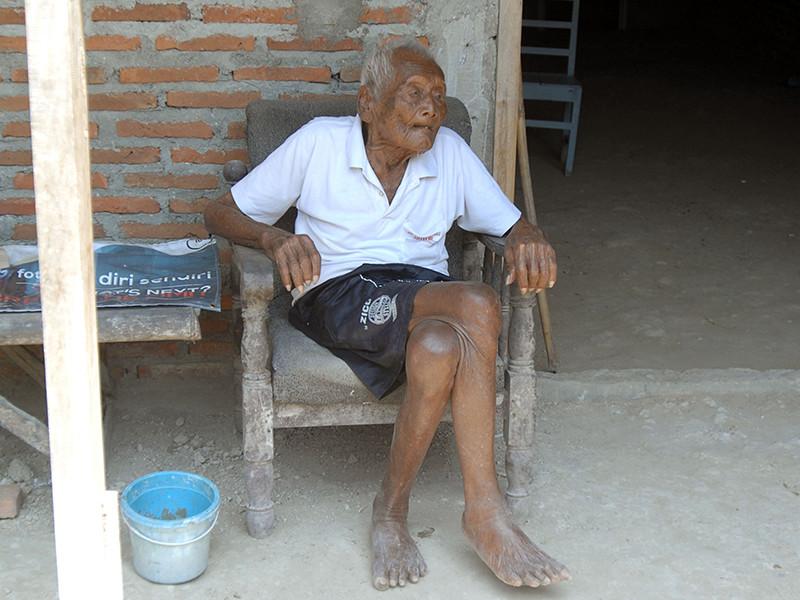 В индонезийской провинции Центральная Ява умер мужчина, утверждавший, что ему было 146 лет. Долгожителя звали Содимеджо, он был также известен под именем Мба Гхото