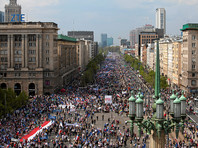 """В центре Варшавы тысячи поляков выступили против """"авторитарных тенденций"""" правительства"""