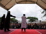 В Индонезии публично выпороли двоих мужчин за однополый секс, приговора ждет еще 141 предполагаемый гей