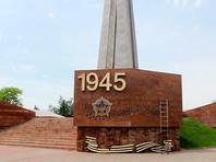 В Казахстане в городе Шымкент с Обелиска Славы сняли гвардейские черно-желтые ленты, украшавшие монумент в честь воевавших в Великую Отечественную войну