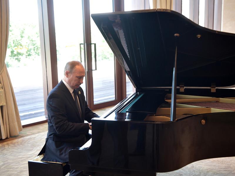 Путин сыграл на рояле в Пекине песни о Москве и Петербурге