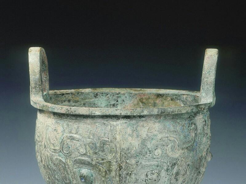 В КНР сотрудники курьерской службы не довезли в целости и сохранности металлическую посуду, изготовленную во времена зарождения европейской цивилизации