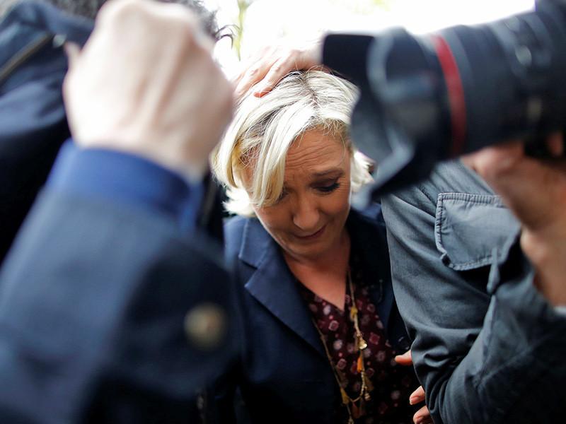 """Кандидата в президенты Франции от партии """"Национальный фронт"""" Марин Ле Пен во время поездки в Бретань 4 мая освистали и закидали яйцами"""