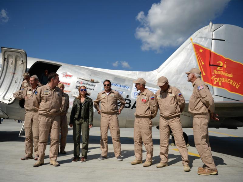 """Участники проекта """"Аляска - Сибирь 2015"""", повторившие маршрут Алсиба на исторических самолетах. На фото - транспортный DC-3 Douglas"""