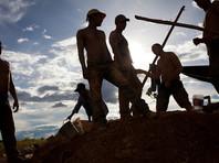 В Бразилии шахтеры обнаружили гигантский изумруд. Вес находки составляет более 360 килограммов (794 фунта), высота - около 1,3 метра (4,3 фута)