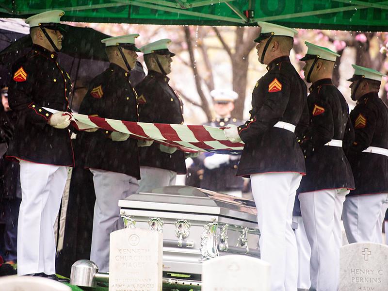 """Убитый в Сомали американский спецназовец работал в подразделении SEAL Team 6, самой известной спецоперацией которого было устранение главы """"Аль-Каиды"""" Усамы бен Ладена. В субботу Пентагон назвал имя погибшего, который стал первой жертвой среди военнослужащих США в Сомали с 1993 года"""