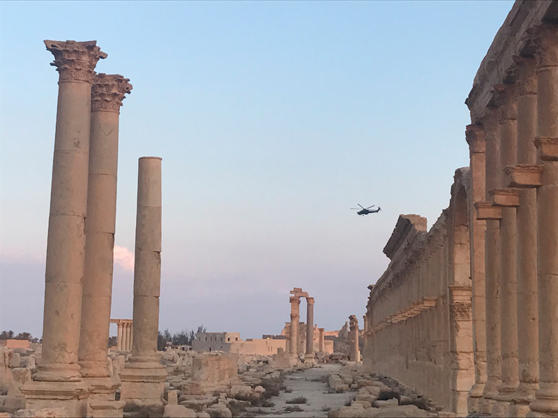 """Российская авиация уничтожила более сотни боевиков """"Исламского государства""""*, которые по договоренности с курдами пытались покинуть город Ракка и уйти в сторону Пальмиры"""