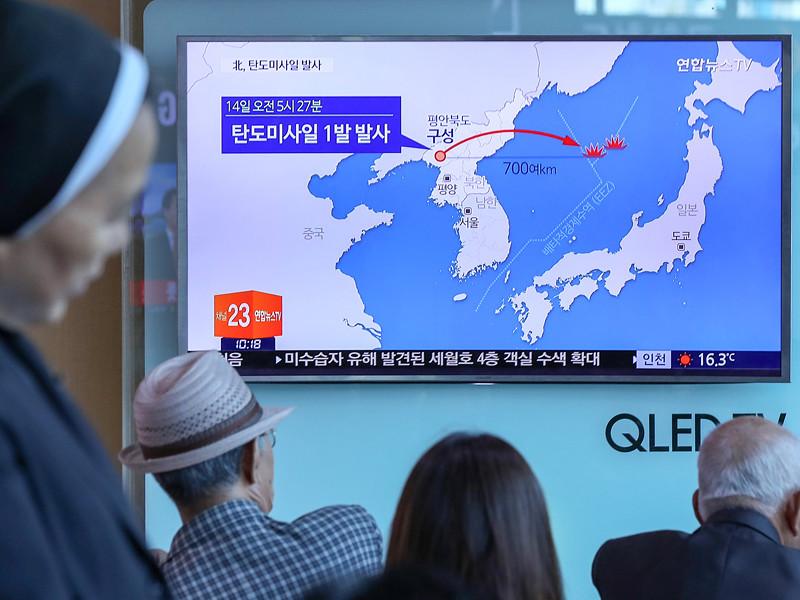 Северная Корея около 05:30 утра в воскресенье по японскому времени (23:30 субботы по Москве) осуществила пуск баллистической ракеты из района северо-западного города Кусон, которая, по данным японского правительства, пролетела около 800 км и упала в Японское море в 400 км от основной территории Японии