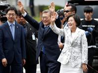 """После завершения церемонии кортеж Мун Чжэ Ина отправился в резиденцию президента в Сеуле - """"Голубой дом"""". Кроме того, Мун Чжэ Ин вместе с супругой посетил мемориальное кладбище в столице"""