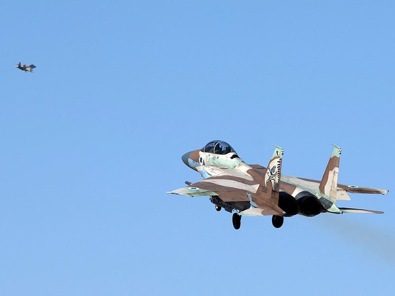 В Израиле на Голанских высотах разорвались несколько снарядов, выпущенных с территории Сирии. После этого самолеты Армии обороны Израиля (ЦАХАЛ) атаковали пару сирийских танков