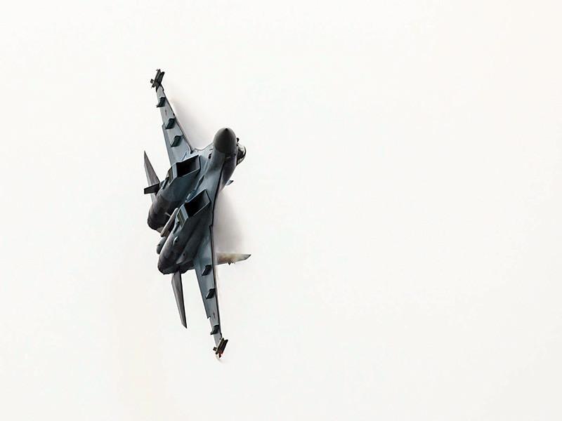 Российский истребитель Су-27 пролетел на расстоянии примерно в пять футов (около 1,5 метра) от разведывательного самолета ВВС США Boeing RC-135